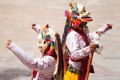 As monges executam uma dança mascarada religiosa do budismo tibetano fotografia de stock royalty free