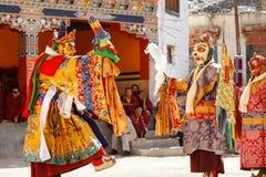 As monges não identificadas executam um myste mascarado e trajado religioso fotografia de stock