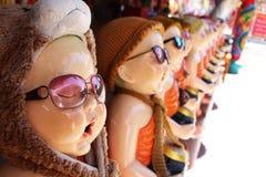 As monges Tailândia do principiante, templo budista, monge do principiante foram em uma estada sozinha da peregrinação fora imagens de stock royalty free