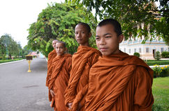 As monges visitam Royal Palace em Phnom Penh, Camboja Fotografia de Stock