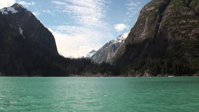 As montanhas ajardinam no fundo da água calma do Oceano Pacífico em Alaska video estoque