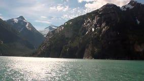 As montanhas ajardinam no fundo da água calma do Oceano Pacífico em Alaska vídeos de arquivo