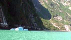 As montanhas ajardinam no fundo da água e do gelo calmos do Oceano Pacífico vídeos de arquivo