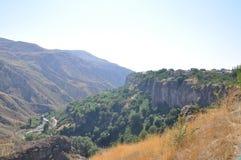 As montanhas aproximam o templo Garni Fotos de Stock