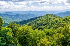 As montanhas azuis compõem a paisagem de Great Smoky Mountains em North Carolina fotos de stock