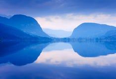 As montanhas azuis refletiram no lago Bohinj, Slovenia. Imagem de Stock