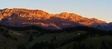 As montanhas Carpathian ajardinam montes azuis Bucegi do farelo de Moeciu do por do sol de Romênia Transilvania a Transilvânia fotografia de stock royalty free