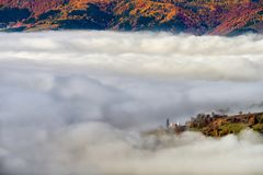 As montanhas Carpathian selvagens de Romênia no tempo do outono ajardinam Fotos de Stock