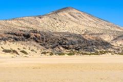 As montanhas coloridas perto de Sotavento encalham em Fuerteventura, Espanha fotos de stock royalty free