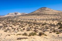 As montanhas coloridas perto de Sotavento encalham em Fuerteventura, Espanha imagem de stock