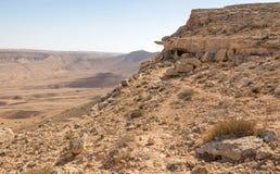 As montanhas da cratera apedrejam o sceni da natureza de Médio Oriente da paisagem do deserto imagem de stock