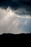 As montanhas das montanhas com a luz do raio foto de stock