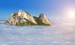As montanhas de Bukhansan são cobertas pela névoa da manhã em Coreia fotos de stock