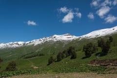 As montanhas de Cáucaso são um sistema de montanha em Ásia ocidental entre o Mar Negro e o mar Cáspio na região de Cáucaso Imagens de Stock