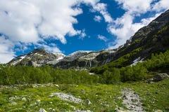 As montanhas de Cáucaso são um sistema de montanha em Ásia ocidental entre o Mar Negro e o mar Cáspio na região de Cáucaso Imagens de Stock Royalty Free
