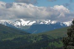 As montanhas de Cáucaso são um sistema de montanha em Ásia ocidental entre o Mar Negro e o mar Cáspio na região de Cáucaso Fotos de Stock