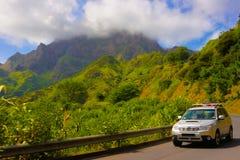 As montanhas de Cabo Verde ajardinam, carro na estrada que serra transversal de Malagueta, céu azul nebuloso imagem de stock royalty free