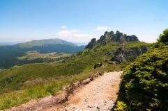 As montanhas de Ciucas, parte da escala Carpathian selvagem essa cruzam Romênia fotografia de stock royalty free