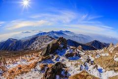 As montanhas de Deogyusan são cobertas pela neve Foto de Stock Royalty Free
