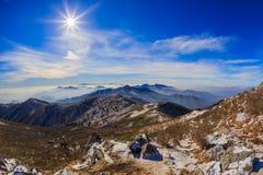 As montanhas de Deogyusan são cobertas pela neve Fotos de Stock Royalty Free