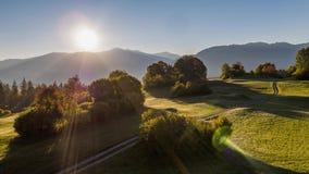 As montanhas do nascer do sol colocam Suíça 4k aéreo da mosca filme