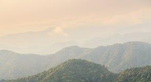 As montanhas e as nuvens no dia da manhã têm a névoa Fotos de Stock Royalty Free