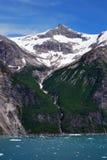 As montanhas e a cachoeira Tracy armam o Fjord Alaska Fotografia de Stock Royalty Free
