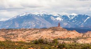 As montanhas e as rochas vermelhas no horizonte ajardinam nos arcos parque nacional, Utá, EUA Fotografia de Stock