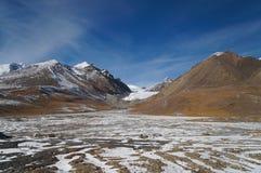 As montanhas em Khunjerab passam na beira de porcelana-Paquistão em do norte Imagem de Stock