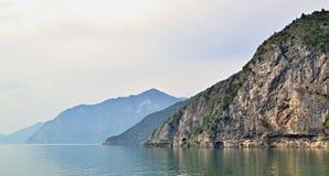 As montanhas fazem uma costa de um lago fotos de stock