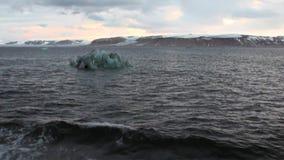 As montanhas nevado e a opinião do gelo da curva enviam no oceano ártico em Spitsbergen video estoque