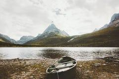 As montanhas, o lago e o barco de Innerdalen ajardinam em Noruega fotografia de stock royalty free