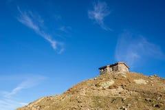 As montanhas, os picos e as árvores ajardinam, ambiente natural Estrada alpina alta de Timmelsjoch imagens de stock royalty free