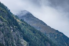 As montanhas, os picos, o lago, o gelo eterno e as árvores ajardinam Ambiente natural de Kaunertaler Gletscher Caminhando nos cum imagens de stock royalty free