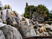 As montanhas rochosas molham quedas foto de stock