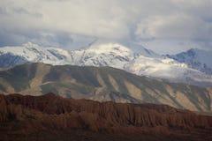 As montanhas Tricolor aproximam o lago Issyk-Kul, Quirguizistão Fotografia de Stock