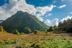 As montanhas verdes contra um céu azul Foto de Stock