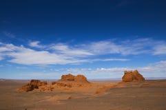 As montanhas vermelhas e o céu azul no Mongolian abandonam Imagem de Stock Royalty Free