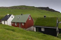 As moradias pequenas de Ilhas Faroé que incluem um relvado tradicional telharam a casa imagem de stock royalty free