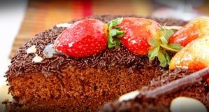 As morangos e o bolo de chocolate serviram em uma placa Imagem de Stock