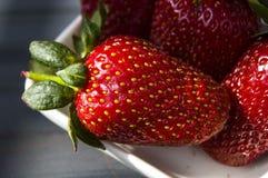 As morangos em uma placa, as imagens as mais bonitas e as mais apetitosas das morangos, morangos no fundo branco Foto de Stock