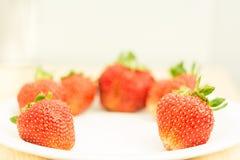 As morangos frescas foram colocadas em um fundo branco Fotos de Stock