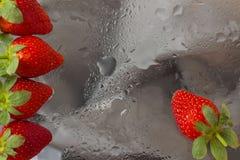 As morangos vívidas maduras em um vidro do esboço com chuva deixam cair Fundo abstrato, reticulações modernas Para o teste padrão Foto de Stock