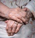 As mãos da mulher enrugada idosa Foto de Stock