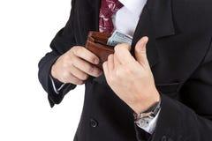 As mãos masculinas puseram a bolsa em seu bolso Fotos de Stock Royalty Free