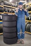 As mostras do mecânico APROVAM assinam dentro a loja dos pneus Fotografia de Stock