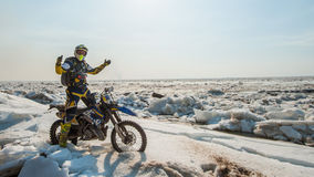 As motocicletas de Enduro estão montando no gelo do rastasia no rio Imagem de Stock