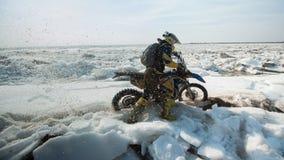 As motocicletas de Enduro estão montando no gelo do rastasia no rio Fotografia de Stock Royalty Free
