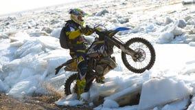 As motocicletas de Enduro estão montando no gelo do rastasia no rio Fotos de Stock Royalty Free
