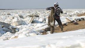 As motocicletas de Enduro estão montando no gelo do rastasia no rio Foto de Stock Royalty Free